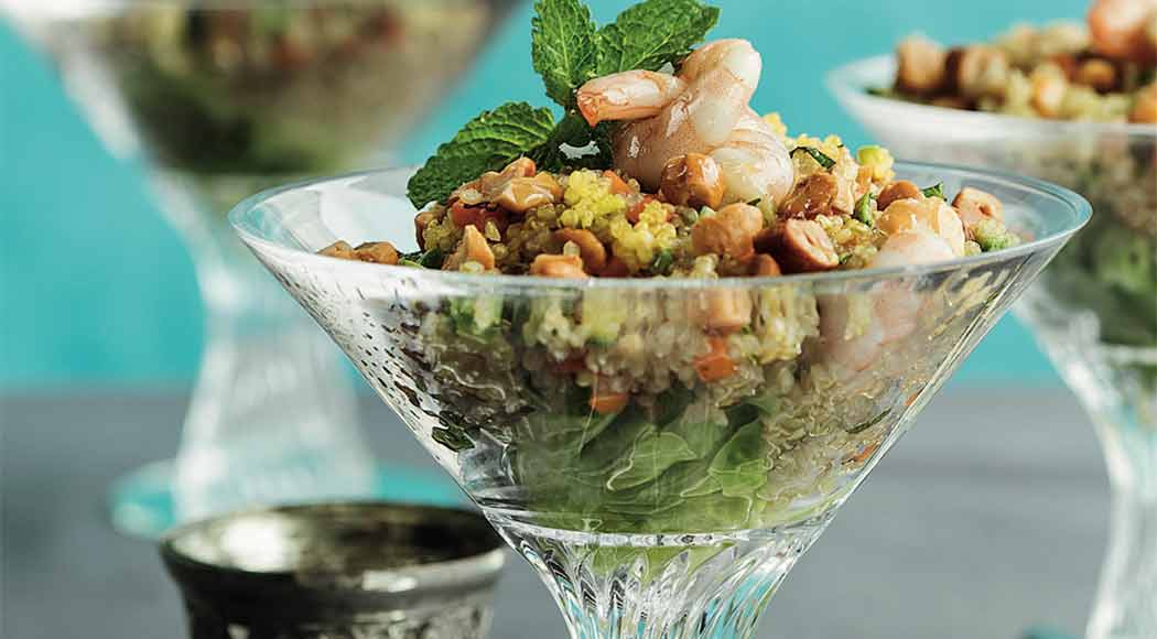 Comece bem a semana com essa salada de quinoa com camarão