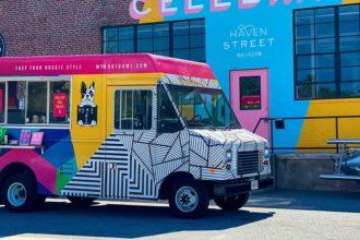 """""""Dog truck"""" é especializado em petiscos e cerveja para cachorros / Foto: Woofbowl"""