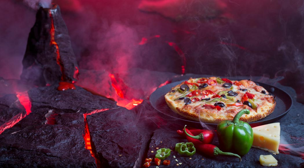 Homem assa pizzas em vulcão na Guatemala; assista