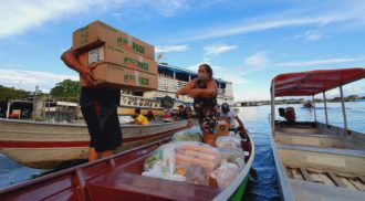 ONG usa canoas para doar 50 mil marmitas na Amazônia