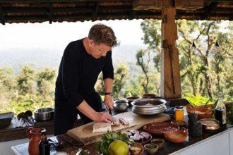 """Gordon Ramsay comete gafe ao cozinhar café da manhã """"português"""""""